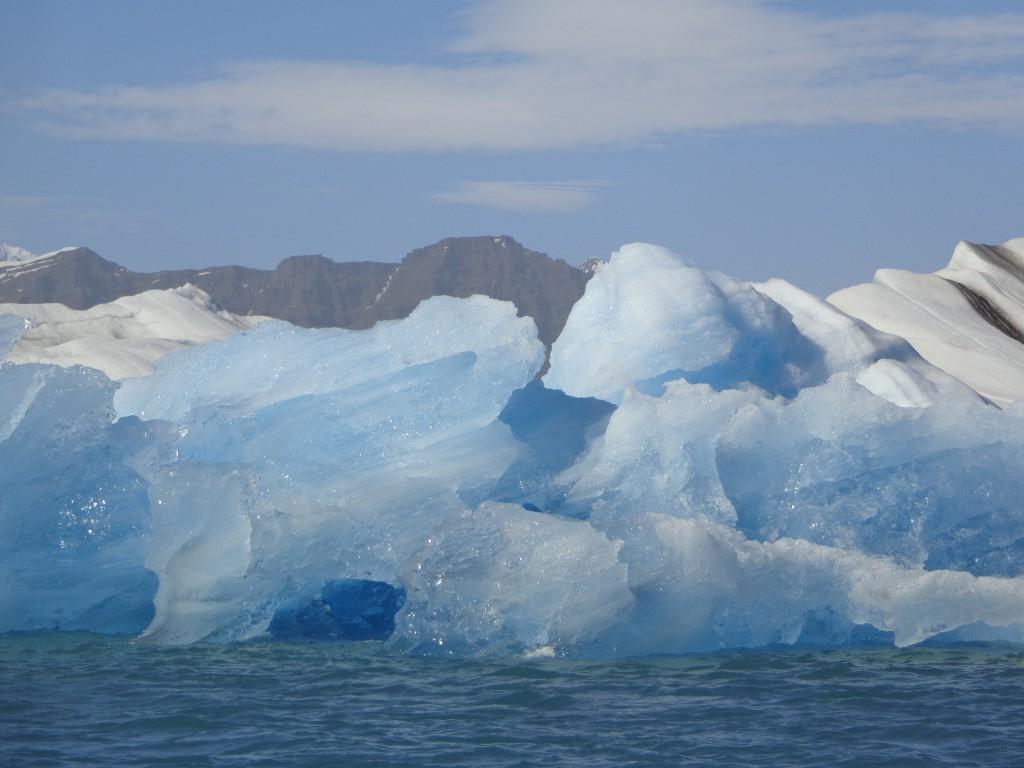 Впечатляващ е и звука на айсбергите
