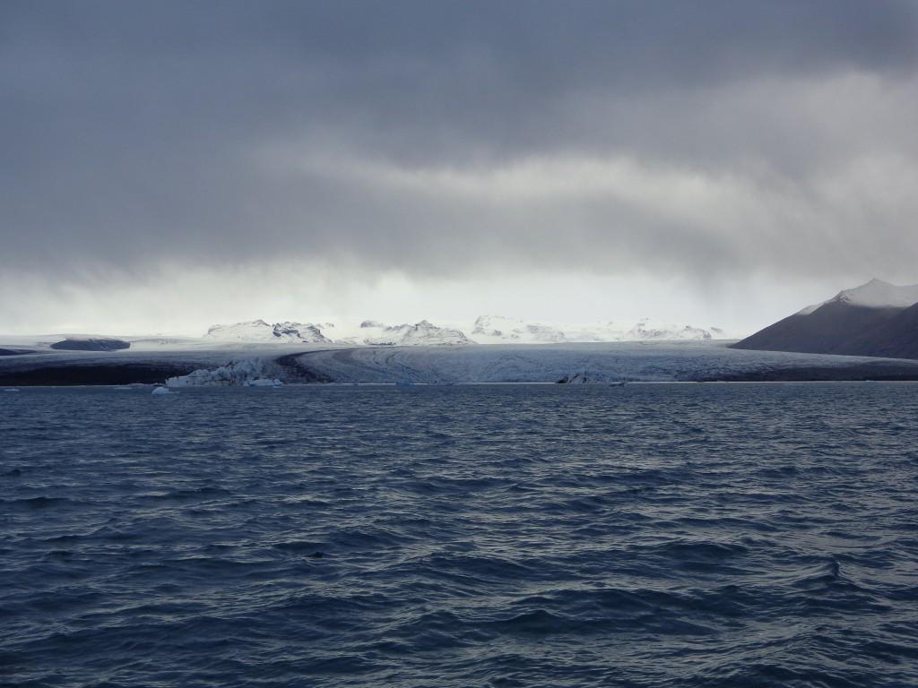 Величественият Ватнайокутл, поглед към ледения език Брейдамерйокутл от лагуната Йокулсарлон