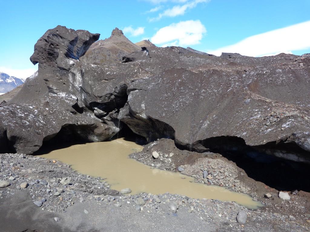 Върху леда личат следи от скорошното изригване на вулкана Бардарбунга