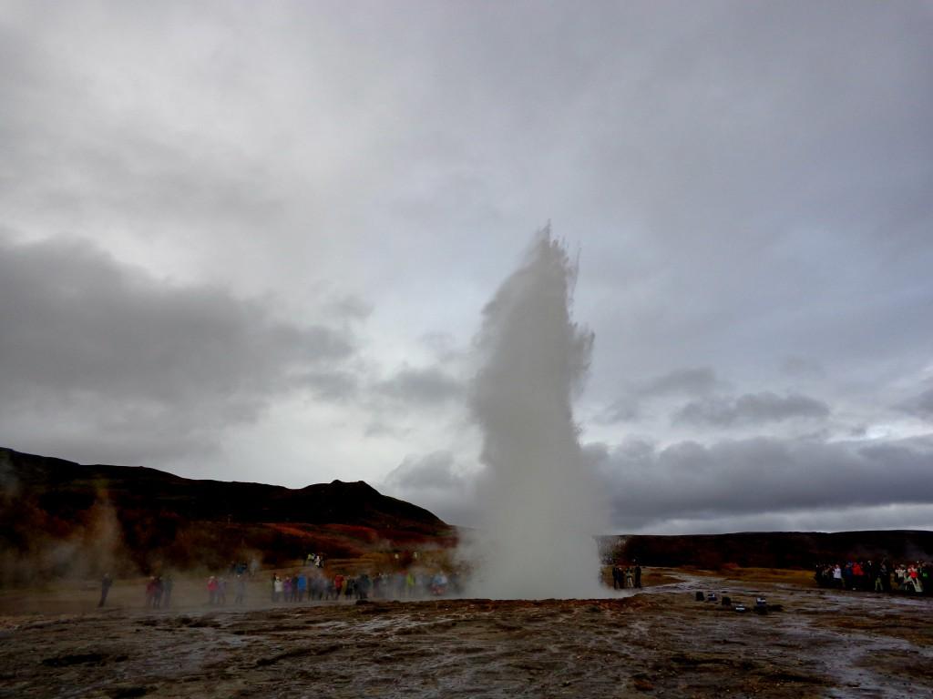Гейзерът Строккур в долината Хаукадалур
