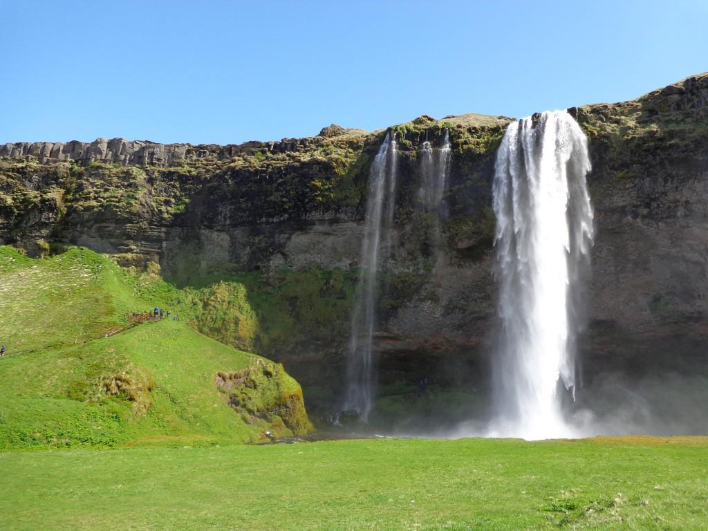 Водопадът Селяландсфос, зад който може да се мине