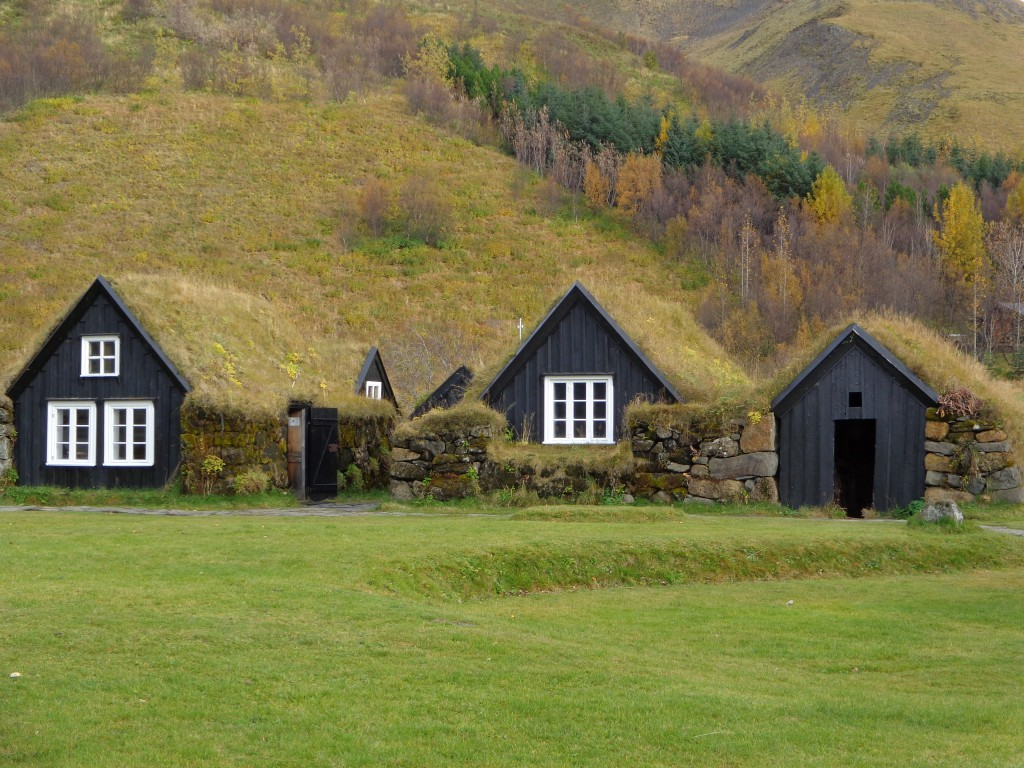 Прочутите исландски къщи с тревни покриви