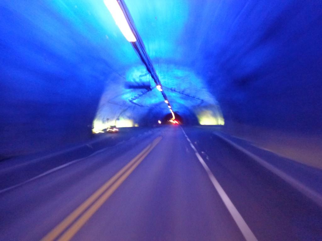 """""""Пещера"""" в тунела """"Лаердал"""". Човек слиза, разтъпква се и продължава"""