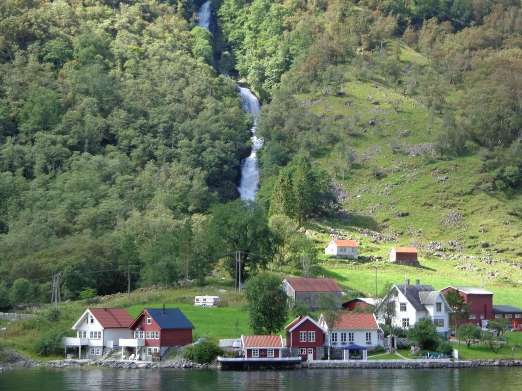 Зогнефьорд - да си имаш водопад в задния двор