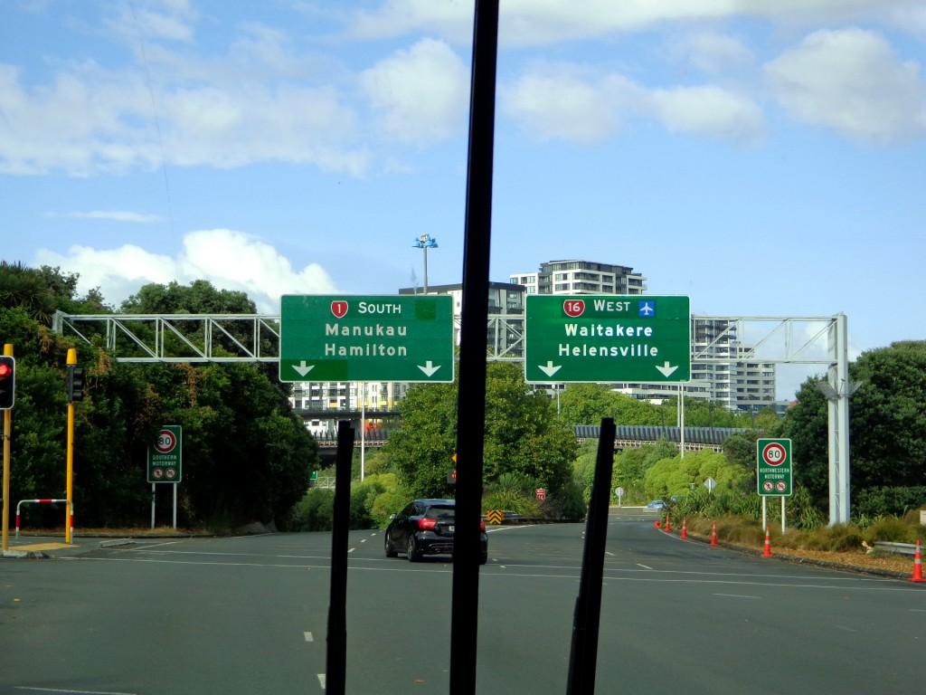 Нова Зеландия, към магистрала №1, имаща дължина 2033 км, 1081 км на Северния остров и 952 км на Южния