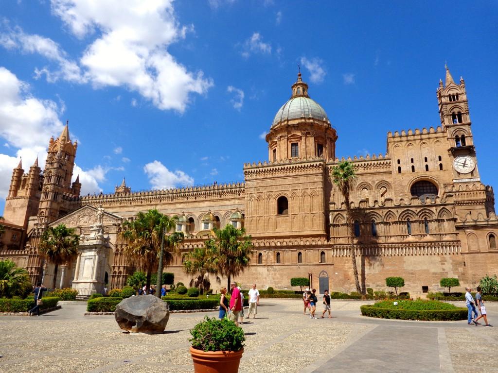 """Катедралата на Палермо """"Успение Богородично"""" и паметника на света Розалия, покровителката на града"""