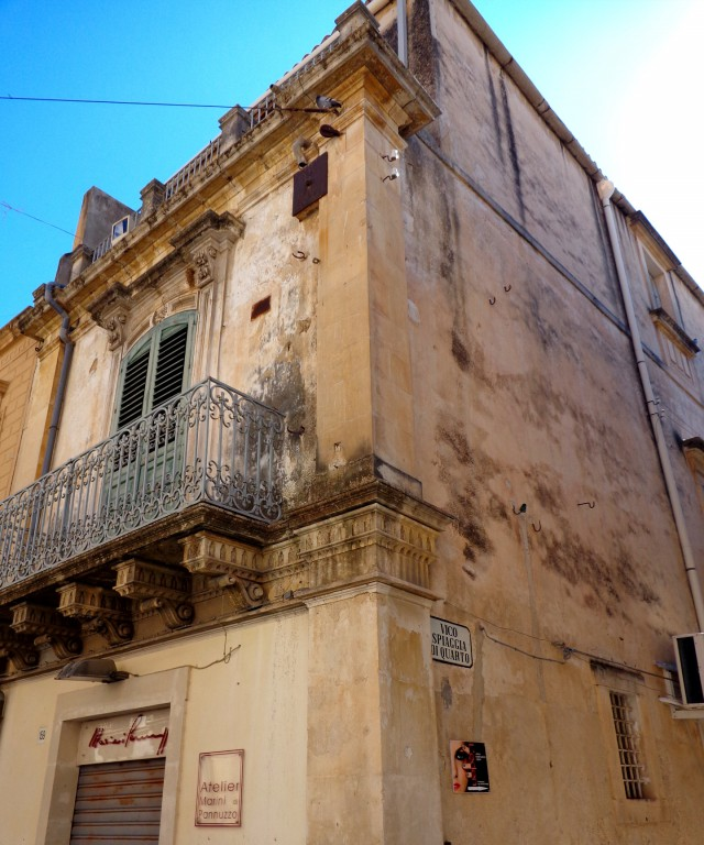 Ното еизвестен с пищно украсени балкони