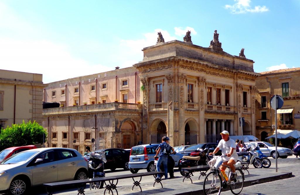 Главната улица на Ното и театърът