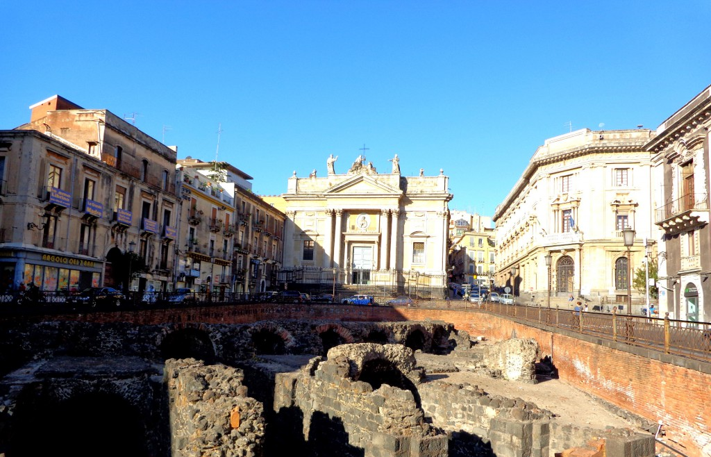 """Катания, Римският амфитеатър и църквата """"Сан Биаджо"""""""