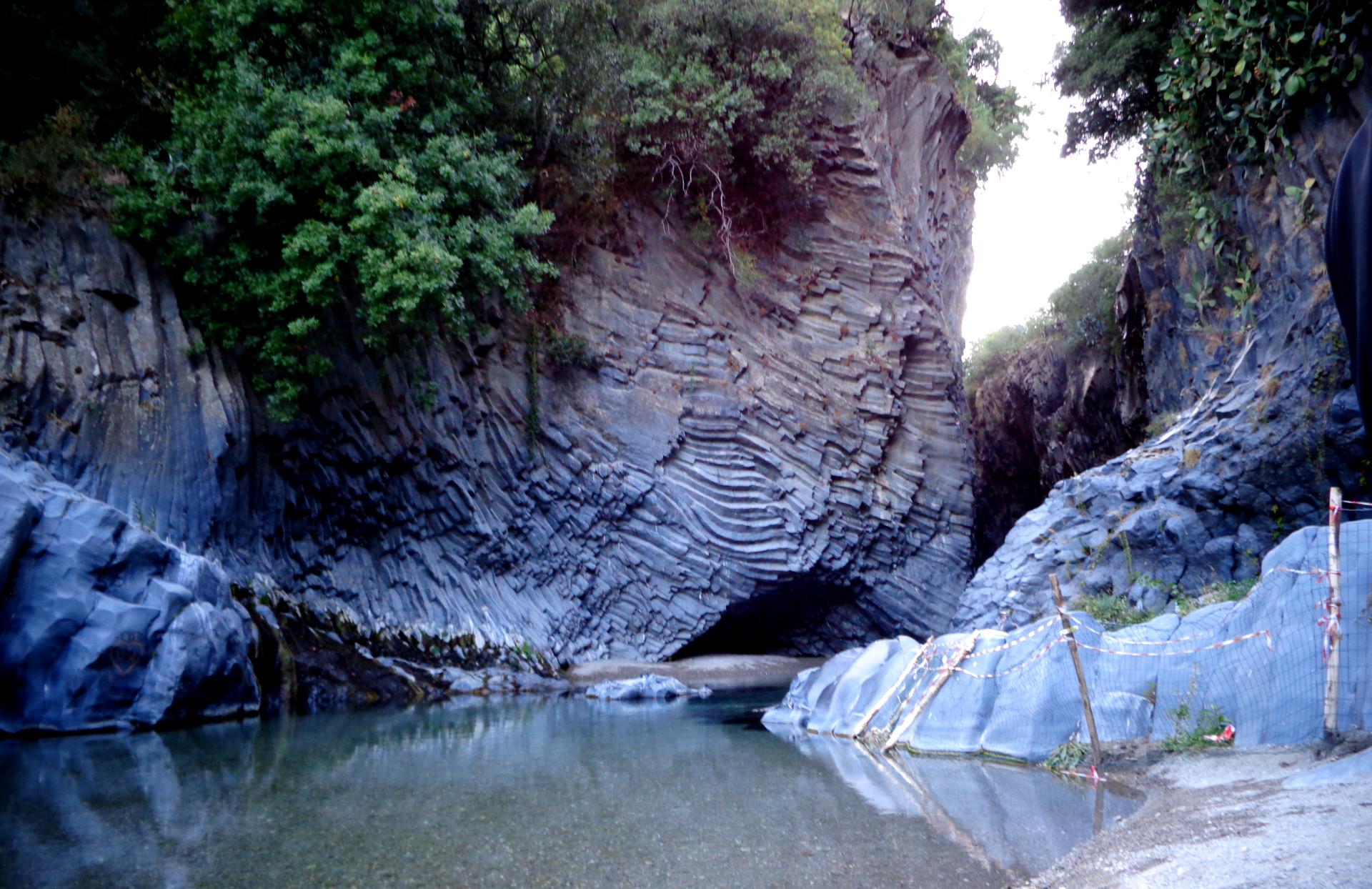 Чудноватият каньон на река Алкантара с ясни следи от вулканичната дейност на Етна