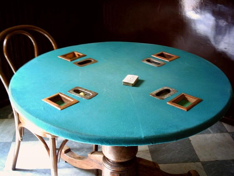 Старовремска маса за игра на карти в кафенето на Мистрета