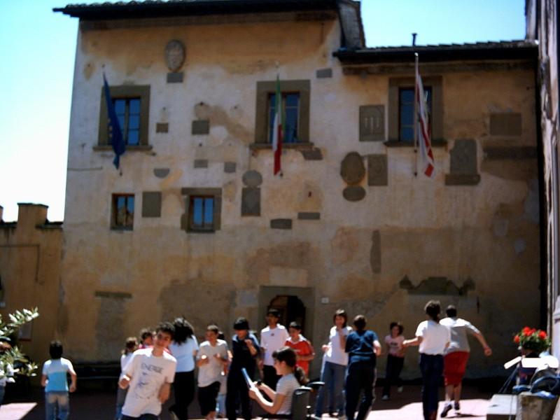 Деца пеят и танцуват пред общината на Ангиари