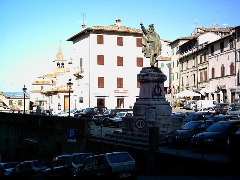 Статуята на Гарибалди е ориентирана в северна посока вместо в южна, към Рим, както изисква традицията