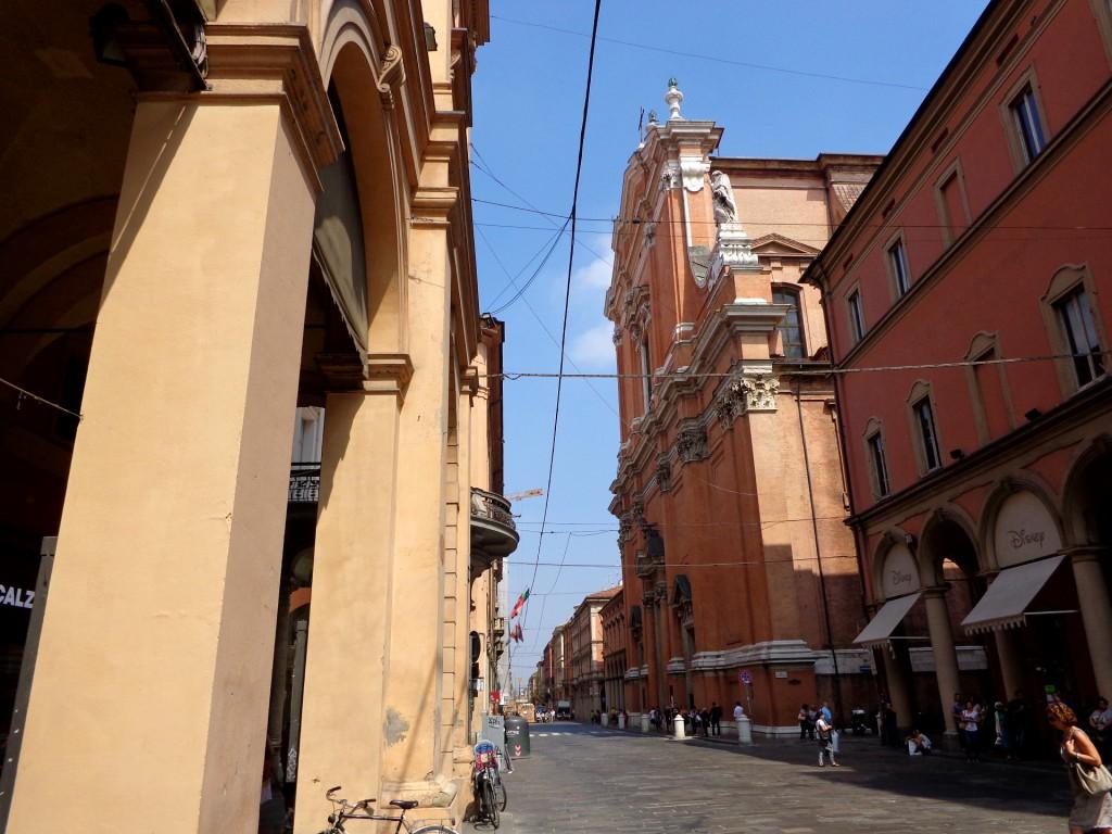 """Болоня , ул. """"Независимост"""", бароковата катедрала """"Свети Петър"""""""