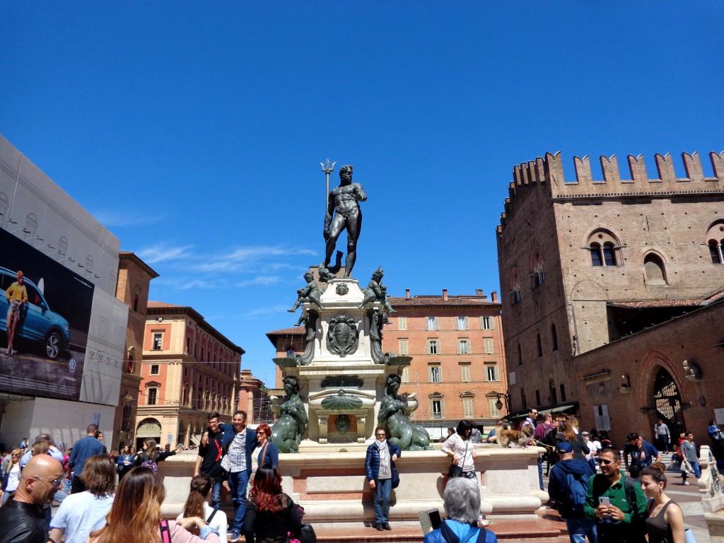 """Болоня, площад """"Нептун"""" с едноименния фонтан, мултимедийна библиотека """"Салаборса"""" и дворецът на крал Енцо Савойски"""