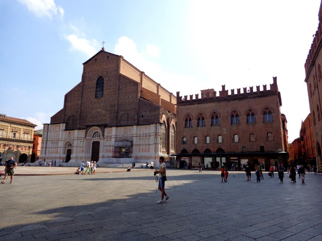 """Болоня, пл. Маджоре: базиликата """"Свети Петроний"""" и Дворецът на нотариусите"""