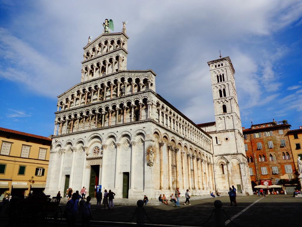 """Лука, площад и църква """"Свети Михаил във форума"""""""