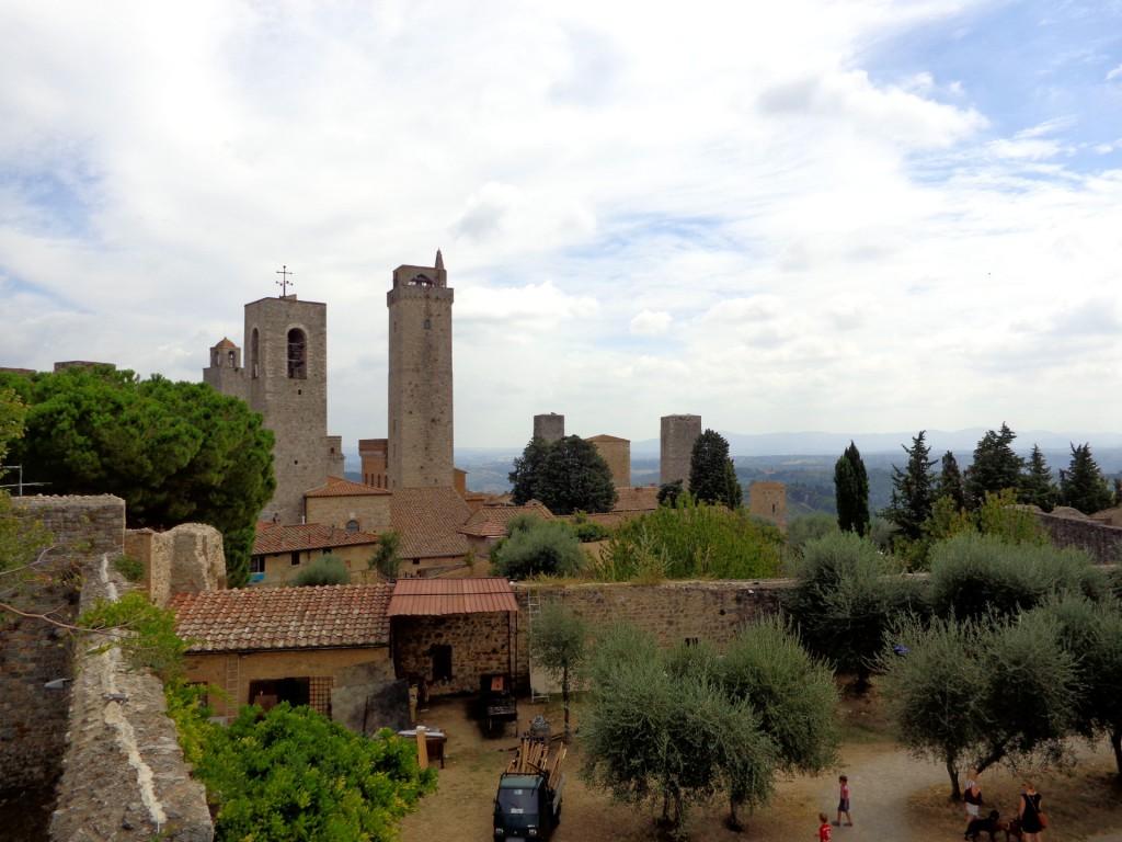 """Поглед към Сан Джиминяно от крепостта """"Монтестафоли"""" и маслинената ѝ горичка"""