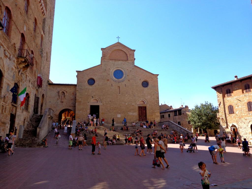 Катедралният площад в Сан Джиминяно с Collegiata, съборната църква, пълна с великолепни стенописи