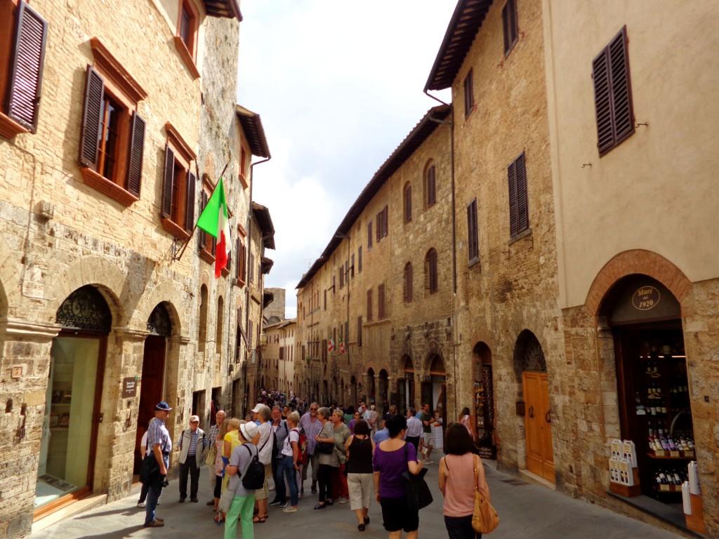 """По """"Сан Джовани"""" - главната улица на Сан Джиминяно"""