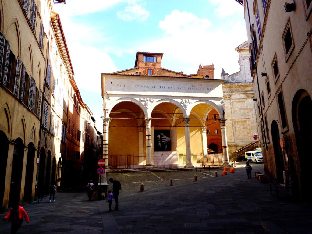 Сиена, ренесансовата лоджия от XV век на папа Пий II