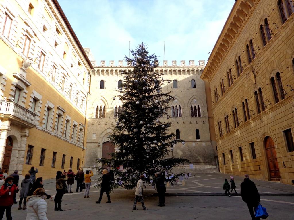 """Коледната елха с пожелания на пл. """"Салимбени"""" в Сиена, главните сгради на най-старата банка в Европа """"Монтепаски"""""""