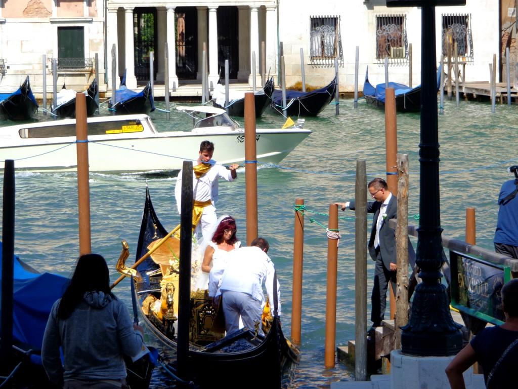 """Сватба във Венеция пред църквата """"Света Богородица на изцелението"""""""