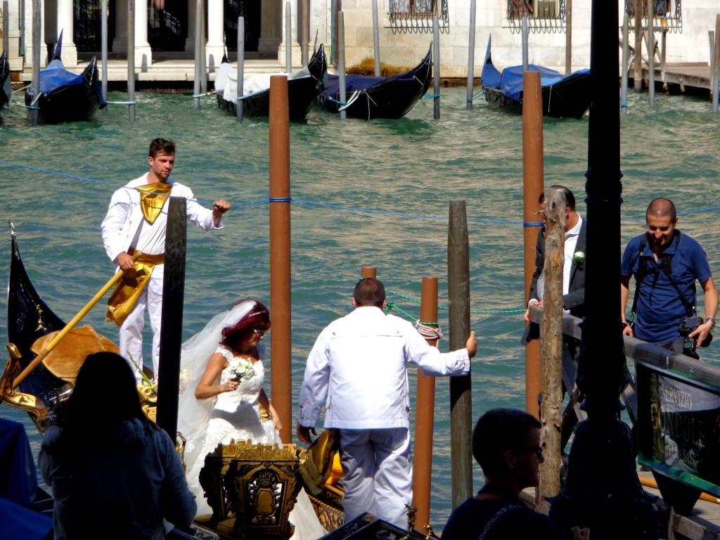 Празнично украсена венецианска гондола, гондолиерите са двама