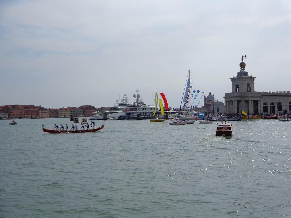 Използвана в историческата регата на Венеция, гондолата побира и 8 гребци