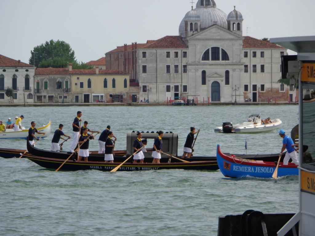 """Курсанти от италианските ВМС управляват гондола и малката посестрима """"сандоло"""""""