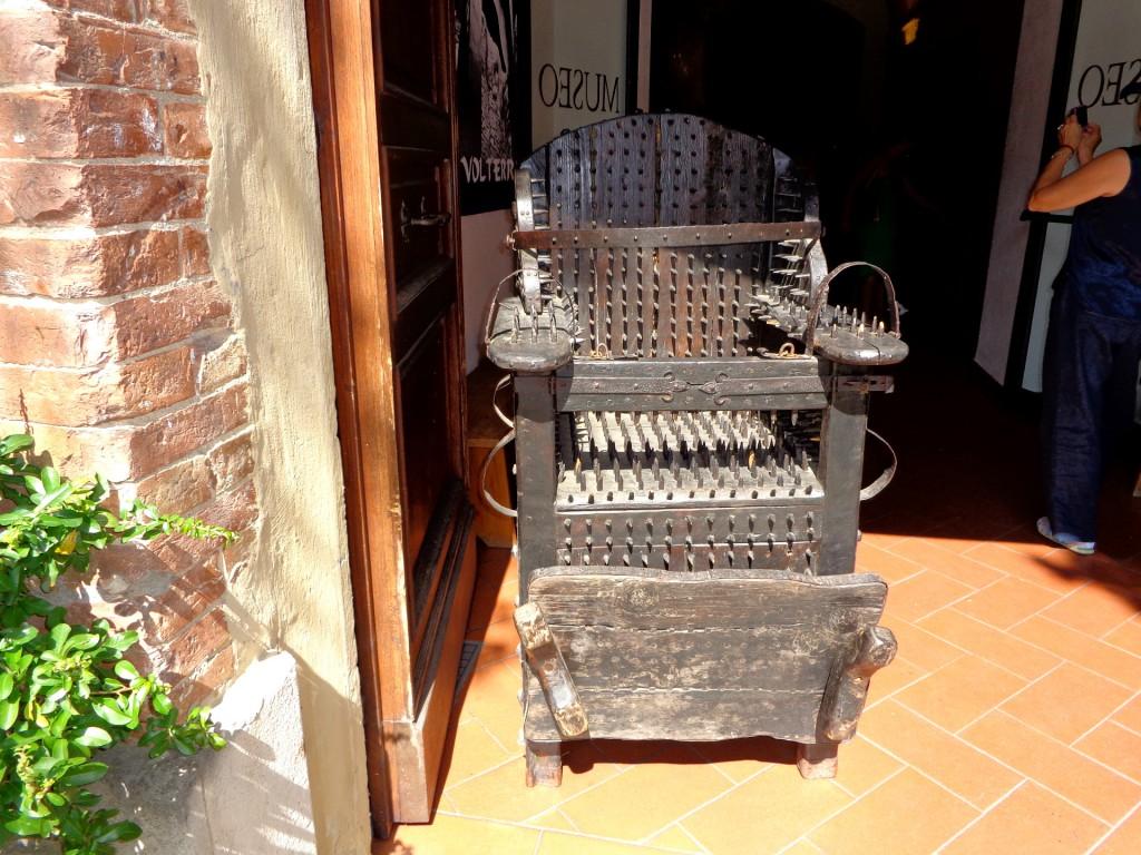"""""""Удобен"""" стол, изложен в Музея на мъченията във Волтера"""