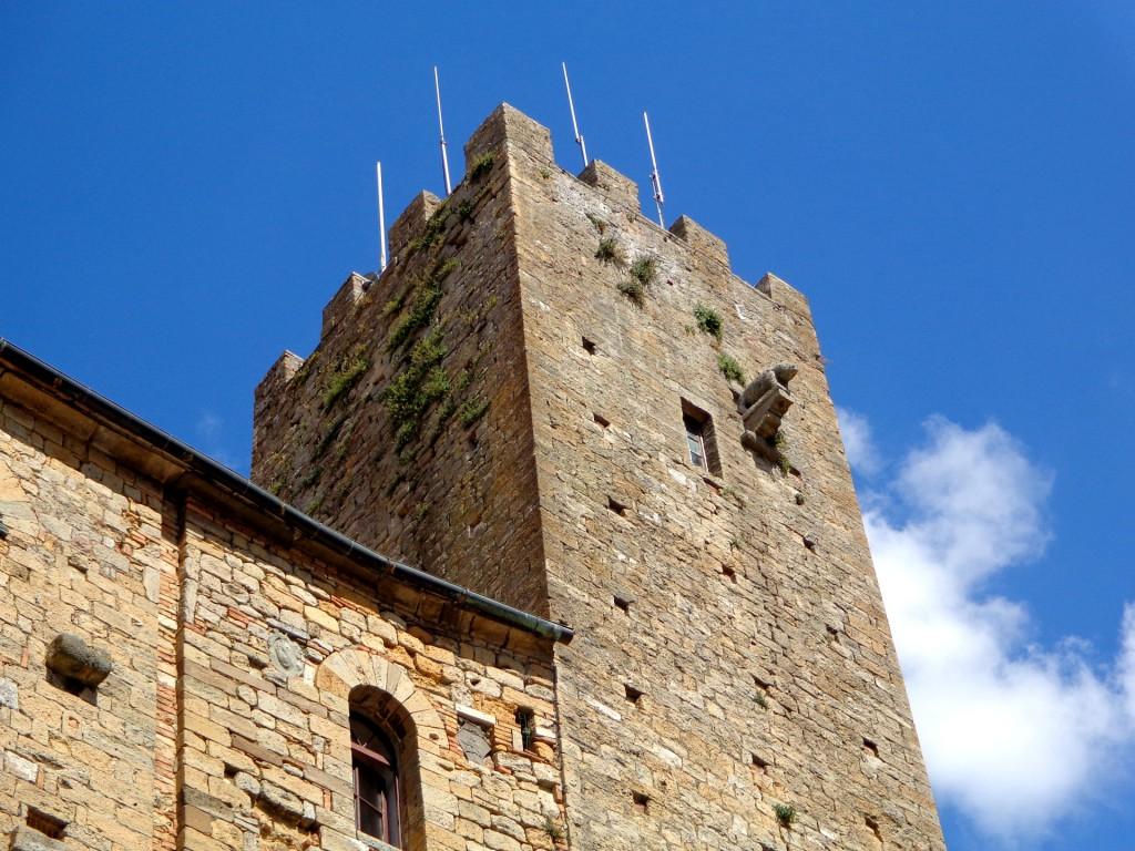 """Преторианският дворец във Волтера с малкото глиганче, """"кацнало"""" върху Кулата на подеста (градоначалника)"""