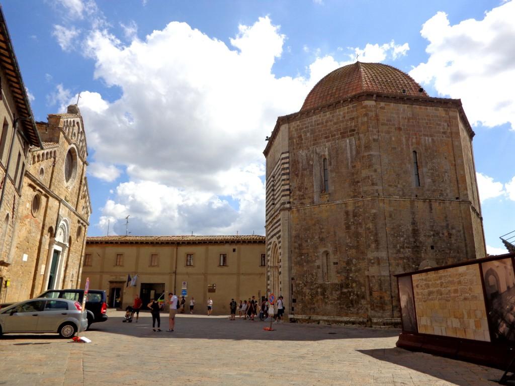 """Катедралният площад във Волтера с осмоъгълния баптистерий и катедралата """"Успение Богородично"""""""