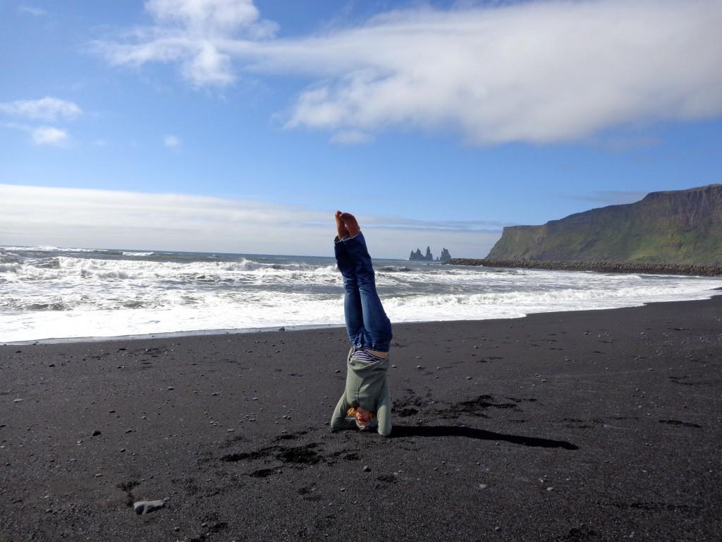 Красотата на Исландия е толкова голяма, че заемаш челна стойка, за да си нормализираш чувствата