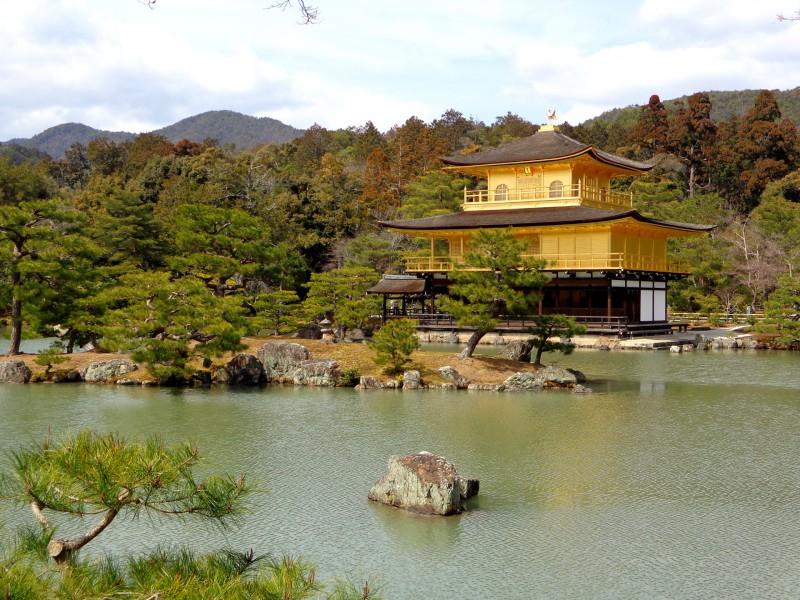 """Прочутият златен павилион """"Кинкакуджи"""" в Киото"""