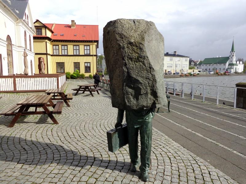 Безликият чиновник е увековечен от твореца Магнус Томасон