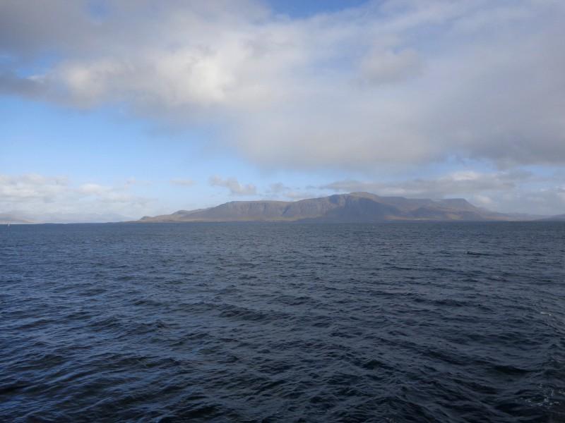 Рейкявик и неговата планина Еся, кадър от залива Факсафлой