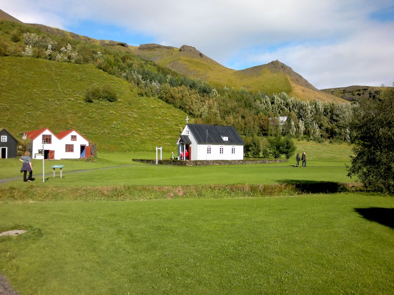 Селска къща от Skál, Síða, построена 1919-20 г., реконструирана през 1989:. Състои се от Baðstofa (общо помещение, където домакинството спи, яде и работи), построено над кошарата, за да се възползва от топлината на животните. Вдясно - църквата на Скогар.