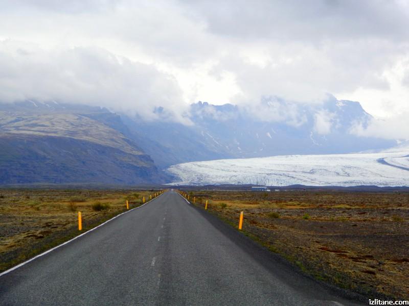 Пясъчно-чакълестата пустиня Скейдарарсандур, ледникът Скейдарарйокутл и забуленият в облаци най-висок връх в Исландия Кванадалснюкур