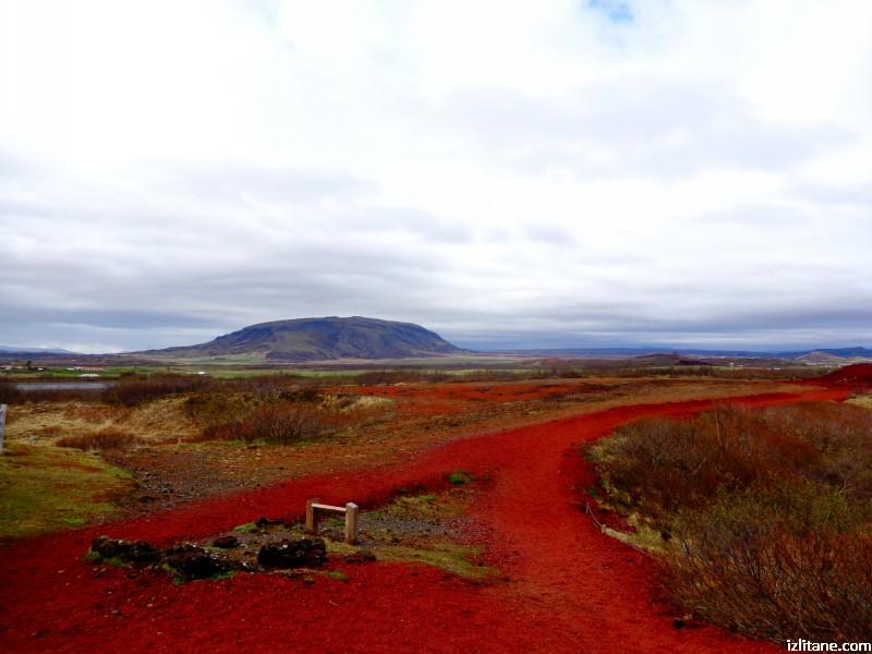 Край кратерното езеро Керид. Червеното се дължи на многото желязо в настилката.