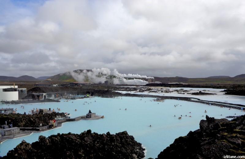 """Геотермалната централа """"Свартсенги"""" произвежда ток и топлоенергия, а след това отпадният продукт от производството захранва прочутата Синя лагуна - един от най-удивителните комплекси в света за спа."""