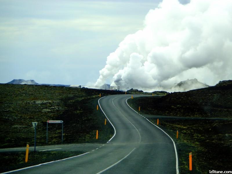 """Исландската централа """"Рейкянесвиркюн"""". От дълбочина около 3 км се извлича вода и пара с температура около 300 градуса."""