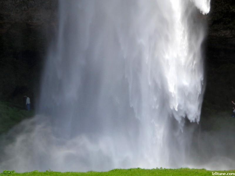 Зад водопада Селяландсфос може да се мине