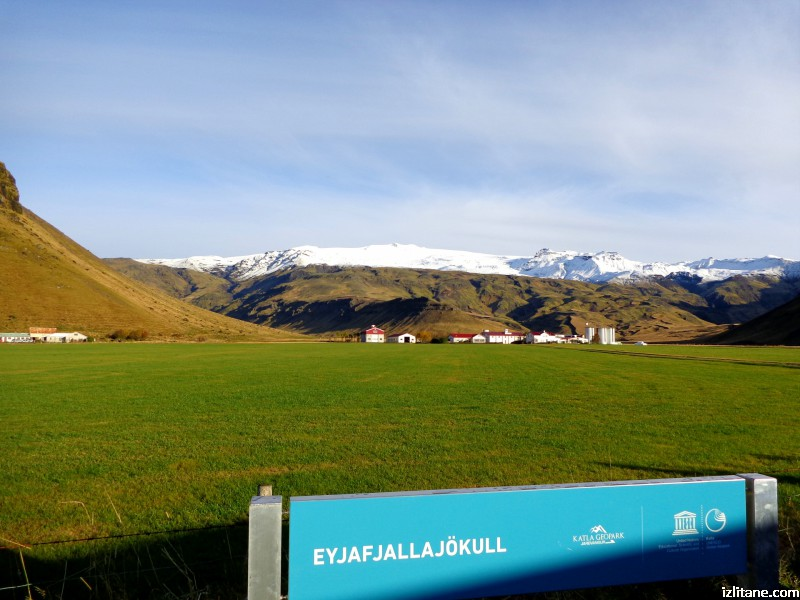 Точно над фермата се намира прочутият вулкан Ейяфятлайокутл