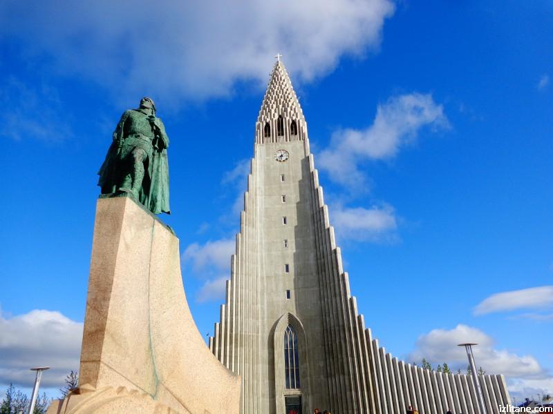 """Църквата """"Хатлгримскиркя"""" в Рейкявик и статуята на откривателя на Америка Лейфур Ериксон"""