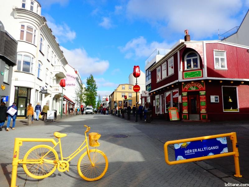 """По """"Лойгавегур"""", главната улица на Рейкявик. Това колело често мени цвета си."""