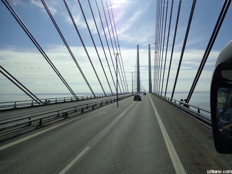 По комбинирания автомобилно-железопътен вантов мост Йоресунд, свързващ Копенхаген с шведския град Малмьо