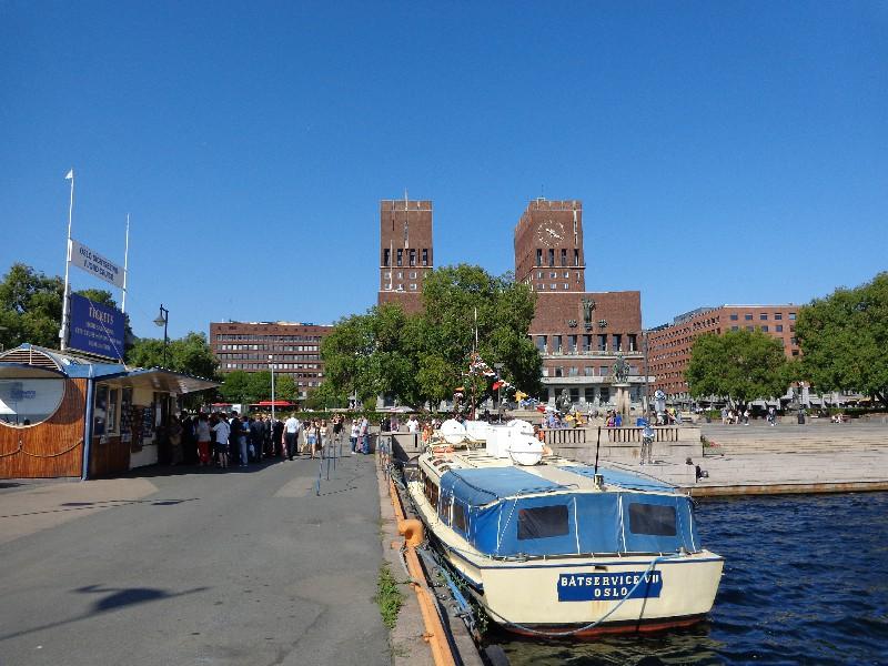 Пристанището на Осло и тухлената сграда на общината